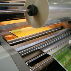 سلفون کشی 300x300 - آشنایی مختصری با انواع فیلم های مورد استفاده در بسته بندی